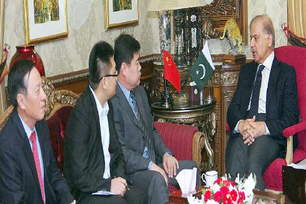APP46-09 LAHORE: October 09 – Punjab Chief Minister Muhammad Shahbaz Sharif in a meeting with a delegation of Chinese investors. APP