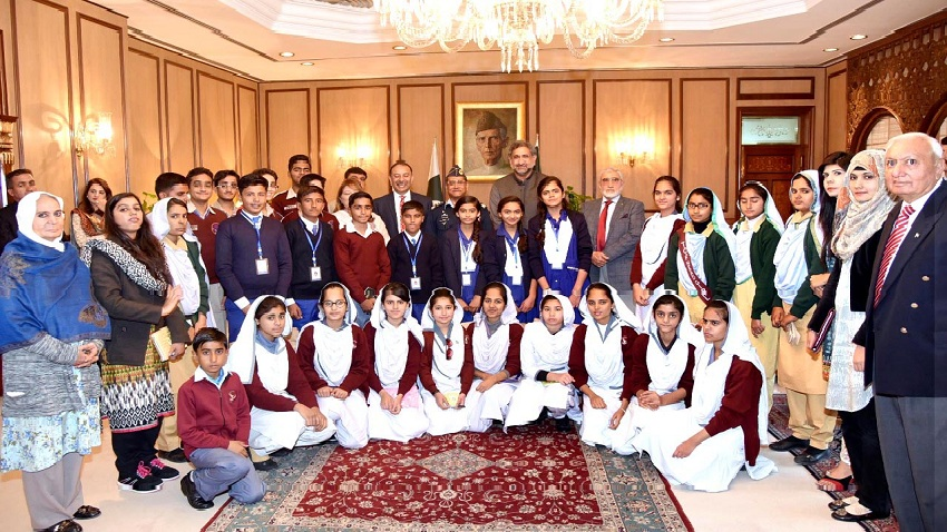 Prime Minister Shahid Khaqan Abbasi and Chief of the Air Staff, Air Chief Marshal Sohail Aman in a group photo with students of Rashidabad Education City at PM Office Islamabad on 1st January, 2018.