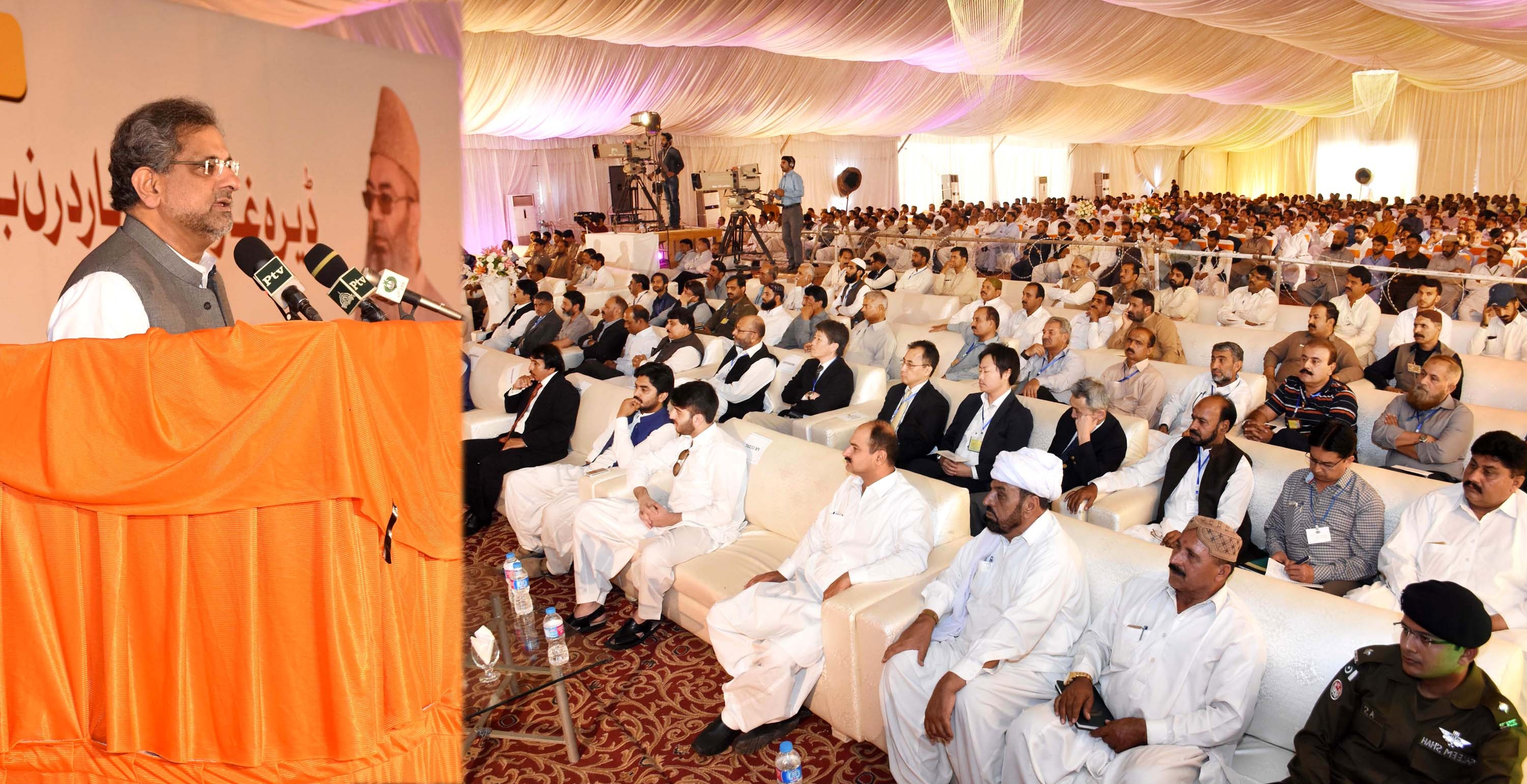 Prime Minister Shahid Khaqan Abbasi Addressing a Public Gathering during the Ground-Breaking Ceremony of Dera Ghazi Khan Northern Bypass and Rakhi Gajj Bewata Section-1 in Dera Ghazi Khan on March 31, 2018